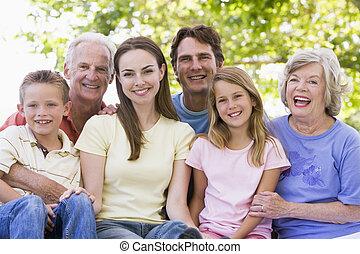 Erweiterte Familie lächelt draußen