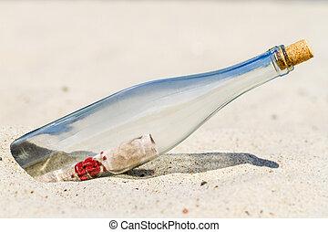 Essage in einer Flasche am Strand