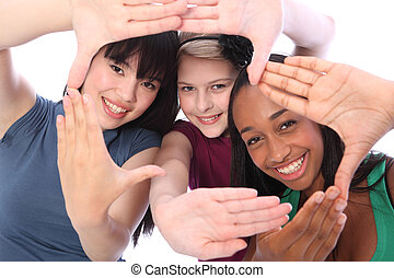 Ethnische Kultur und lustige drei Studenten-Freundinnen
