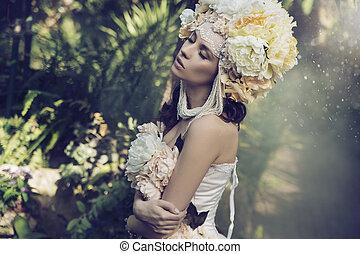 Fabelhafte Brünette-Frau im Dschungel.