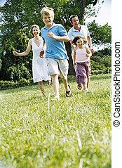 Familie im Freien lächelt.