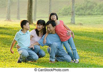 Familie im Freien, spielerisch und lächelnd, Outddor Portrait.