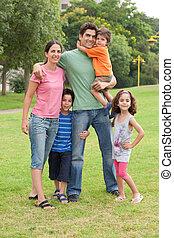 Familie im Sommerpark