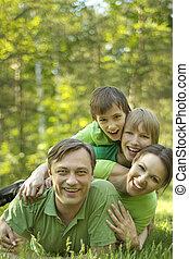 Familie im Sommerpark.