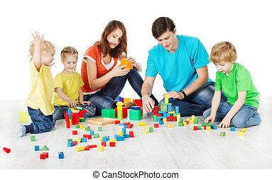 Familie spielt Spielzeugblöcke
