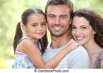 Familie umarmt
