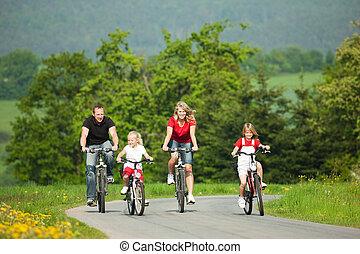 Familien fahren Fahrrad