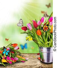 Farbige Tulpenblumen mit exotischen Schmetterlingen