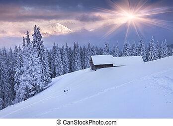 Farbige Wintersonne in den Bergen. Dramatischer Himmel.