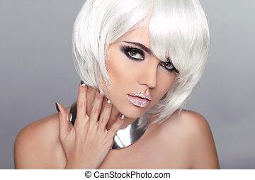 Fashion Beauty blondes Mädchen. Frauenporträt mit weißen kurzen Haaren. Frisur. Mach's gut. Vogue-Stil.