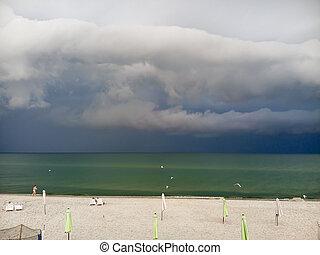 faulenzer, dunkel, sandstrand, schlechte, himmelsgewölbe, conditions., vorher, meer, sonne hintergrund, wetter, wolkenhimmel, oben, umbrellas., regen