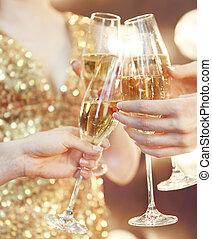 Feiern. Leute mit Champagnergläsern, die einen Toast ausbringen