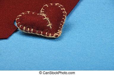 Felt handwerklich und kunstbraunes Herz geschnitten auf blau.