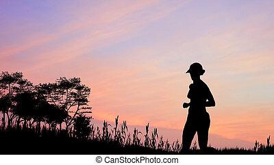 Female Jogger Silhouette gegen atemberaubenden Sonnenuntergang Himmel.