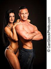 Fitness Paar Posen im Studio - fit Mann und Frau.