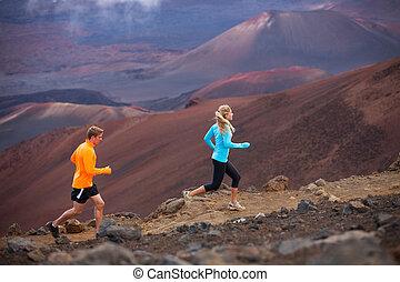 Fitness-Sportpaar, das draußen joggt