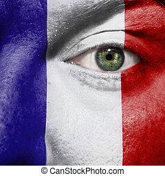 Flagge auf dem Gesicht mit grünem Auge, um Frankreich zu unterstützen