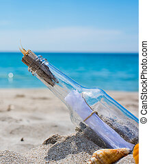 Flaschen an einem leeren Strand.
