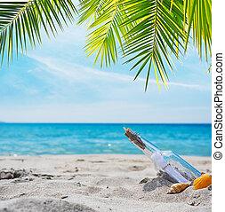 Flaschen mit Nachricht an einem tropischen Strand.