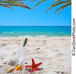 Flaschen mit Nachricht auf dem Sand.