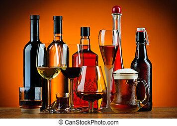Flaschen und Gläser Alkoholgetränke.