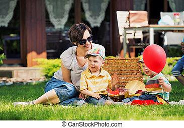 Foto präsentiert glückliche Familie im Garten.
