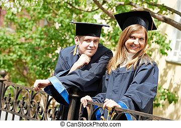 Fröhliche Absolventen draußen