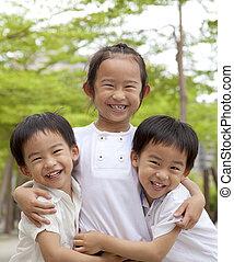 Fröhliche asiatische Kinder