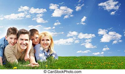 Fröhliche Familie entspannen im Park.