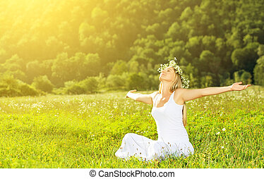 Fröhliche Frau im Kranz im Sommer, die das Leben genießt.