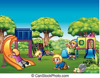 Fröhliche Kinder auf dem Spielplatz.