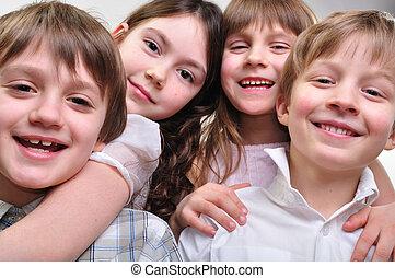 Fröhliche Kinder, die sich umarmen