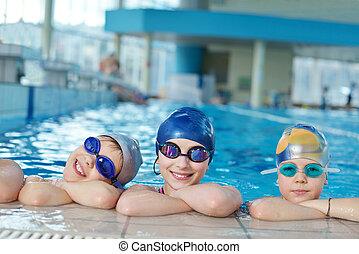 Fröhliche Kindergruppe im Schwimmbad