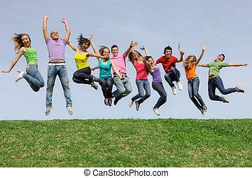 Fröhliche, lächelnde, gemischte Rassengruppe