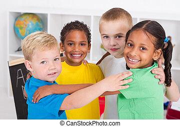 Fröhliche Vorschulkinder umarmen sich