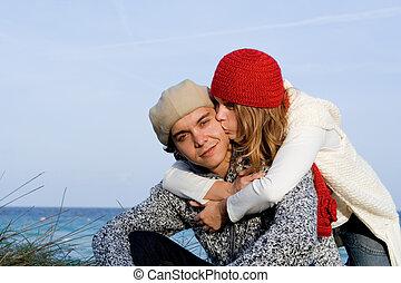 Fröhliches gemischtes Paar im Urlaub