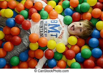 Fröhliches Kind mit farbigen Eiern.