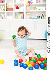 Fröhliches Kleinkind mit Eiern