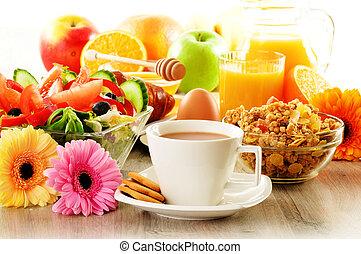 Frühstück mit Kaffee, Saft, Croissant, Salat, Müsli und Ei