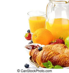 Frühstück mit Orangensaft und frischen Croissants.
