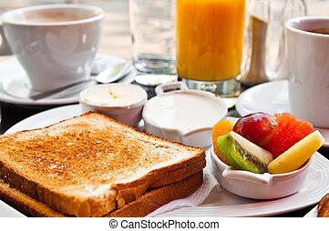 Frühstück mit Orangensaft und frischen Früchten auf dem Tisch
