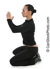 Frau auf dem Boden, die betet