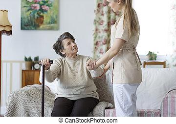 frau, auf, senioren, portion, stehen, krankenschwester