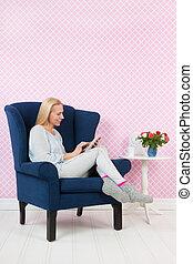 Frau, die sich im Stuhl entspannt.