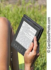 frau, draußen, lesende , e-book