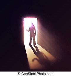 Frau durch die Tür.