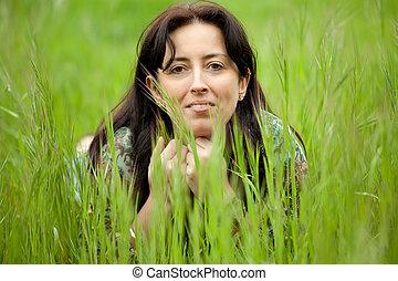 Frau im Gras.