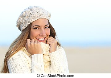 Frau lächelt mit perfekten weißen Zähnen im Winter.