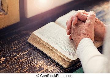 Frau mit Bibel.