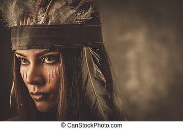 Frau mit traditionellem indischen Kopfschmuck und Gesichtsfarbe.